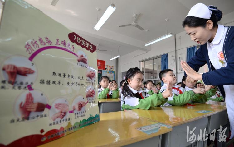 2021年4月6日,河北省邯郸市第三医院的医护人员在教丛台小学的学生们正确的洗手方法。