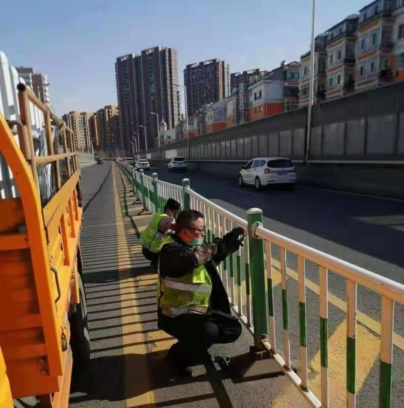 工作人员清理桥上护栏