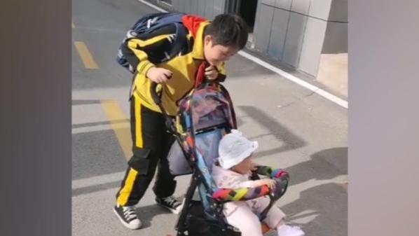 哥哥向同学炫耀妹妹接自己放学:这就是我的妹妹 可爱不?