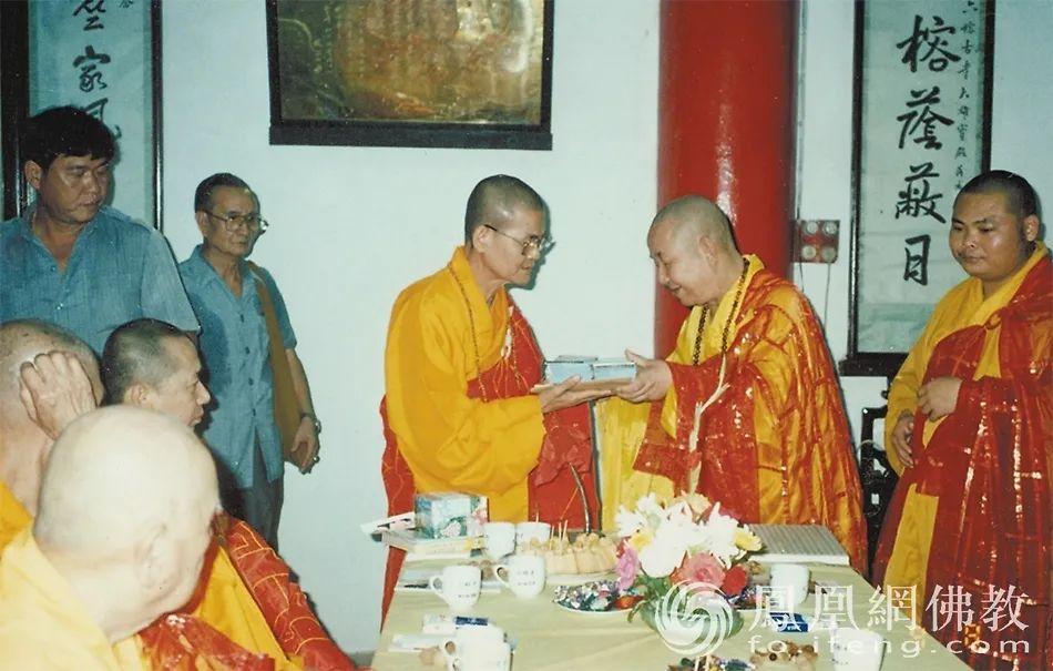 1992年3月8日,新成长老(右二)与光明法师(右一)在广州六榕寺欢迎泰国华宗大尊长仁得(右三,祖籍揭阳县)时,互赠礼物。(图片来源:广州市佛教协会)