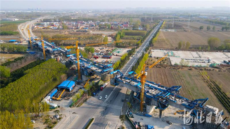 2021年4月7日,中铁二局工人在京唐城际铁路跨河北省三河市燕郊东环路特大桥建设工地施工。