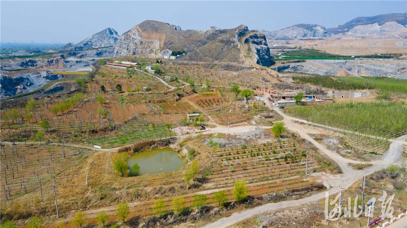 2021年4月6日,无人机拍摄的治理后的河北省三河市东部矿区一角。
