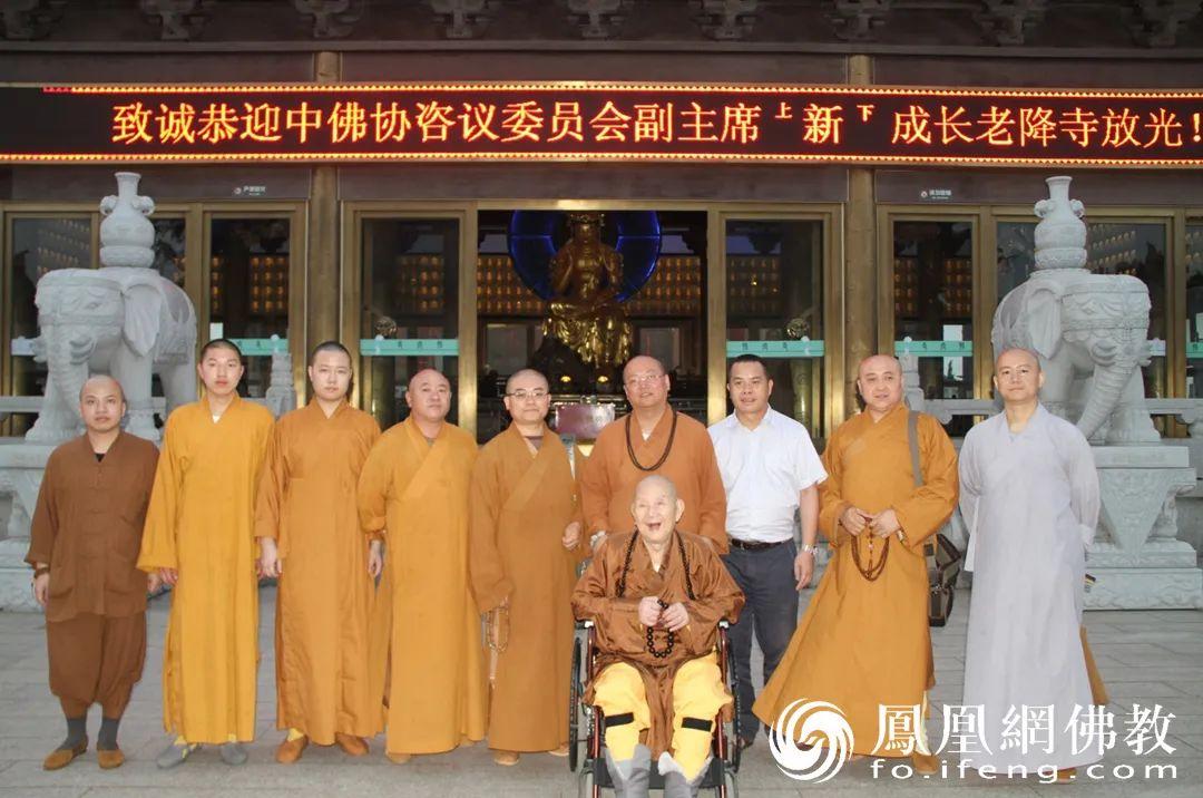 2014年6月11日,新成长老莅临江苏江阴市悟空寺。(图片来源:广州市海幢寺)