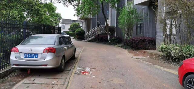 小区天降垃圾袋砸凹小车 购物小票成破案关键