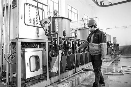 4月8日,蘭州新區化工園區污水處理廠工作人員在車間內檢查調試設備。新華社記者 陳斌