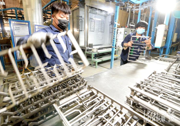 近日,位于河北省隆尧县河北三厦厨具科技有限公司员工加工铸铁珐琅炊具。河北日报记者杜柏桦摄影报道