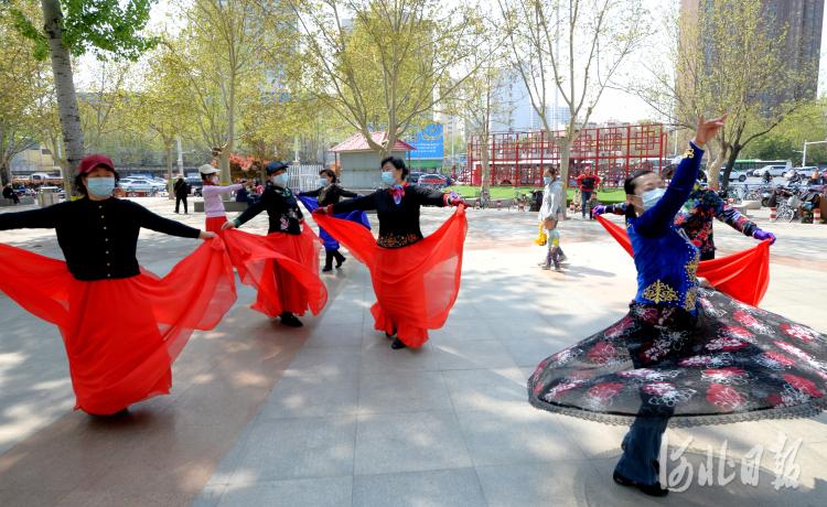 2021年4月7日,石家庄梦之韵舞蹈艺术团在河北省石家庄市平安公园广场进行舞蹈练习。河北日报记者杜柏桦摄影报道