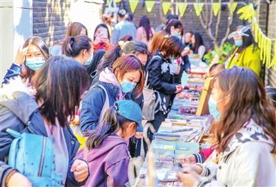 """和平区五大道景区民园西里举行""""赶巷子市集""""活动。"""