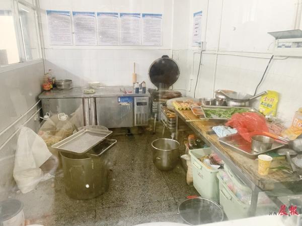 """▲后厨""""面点间""""内十分杂乱,食材与垃圾混放在一起。"""
