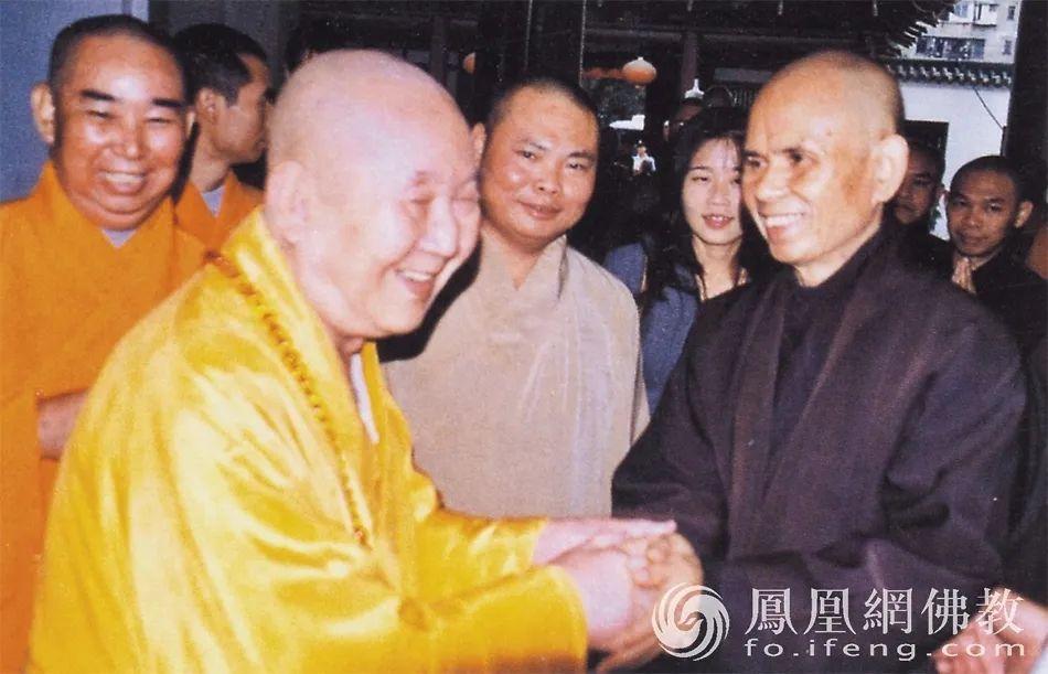 2001年10月,新成长老在光孝寺接待法国佛教代表团一行20余人。图为新成长老与法国佛教代表团团长、法国佛教联合会会长一行禅师握手。(图片来源:广州市佛教协会)