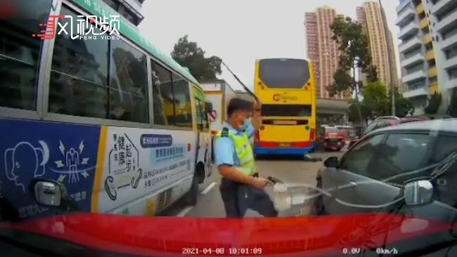 香港街头枪响!私家车反抗盘查连撞数车,警方开枪截停