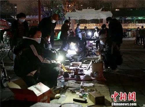"""4月2日晚,在""""鬼市""""买卖旧货的人们。<a target='_blank' href='http://www.chinanews.com/'>中新社</a>易海菲 摄"""