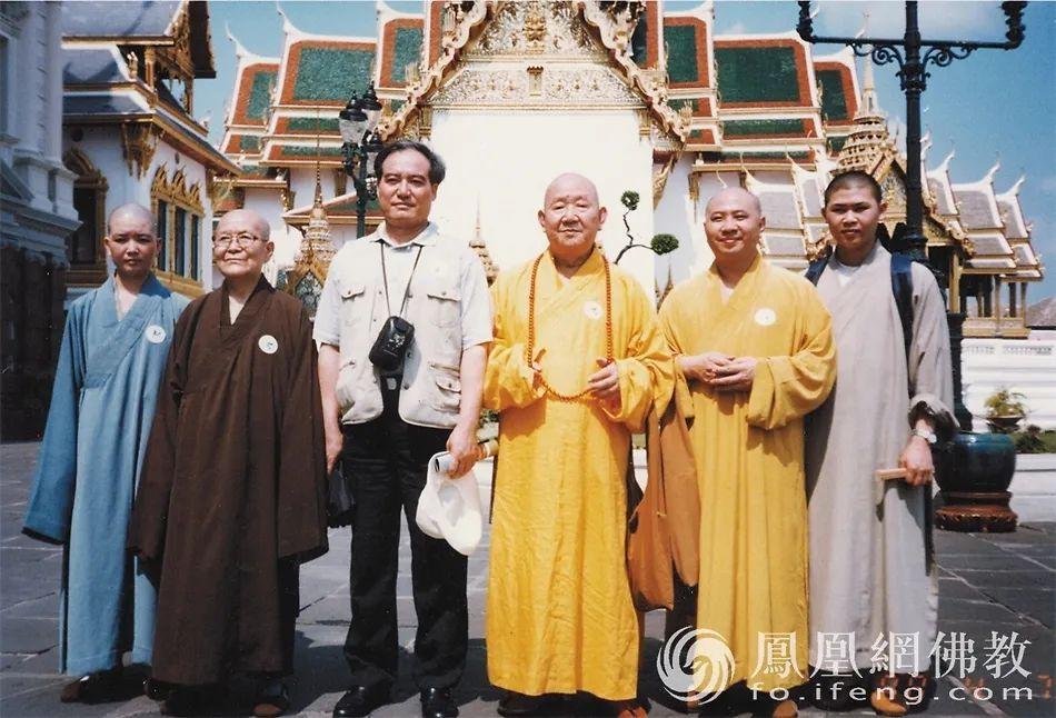 1998年4月6日至16日,以新成长老为团长、明生法师为副团长的中国佛教代表团一行9人参访尼泊尔。(图片来源:广州市佛教协会)