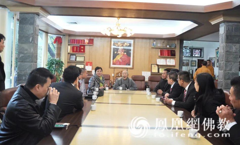 2013年12月,新成长老与香港参访团亲切交谈。(图片来源:广州市佛教协会)