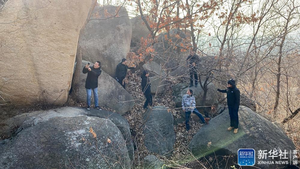 调查队在野外开展现场调查工作(2020年12月1日摄)。新华社发(天津市文化遗产保护中心供图)