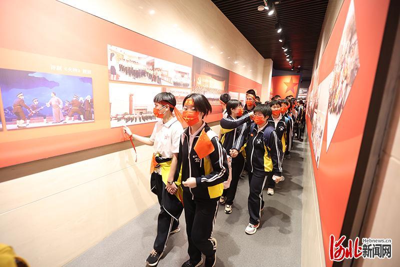 衡水安平志臻学校学生在全国第一个农村党支部纪念馆参观。河北日报记者焦磊摄