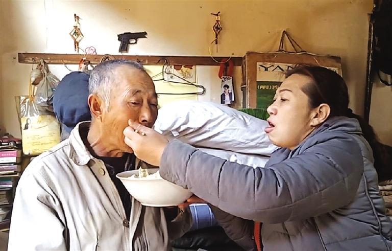 蓬松林闹情绪时薛茹就要哄着给他喂饭
