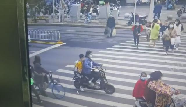 图为黑衣男子顺走手机瞬间(左下)。通讯员肖继如供图