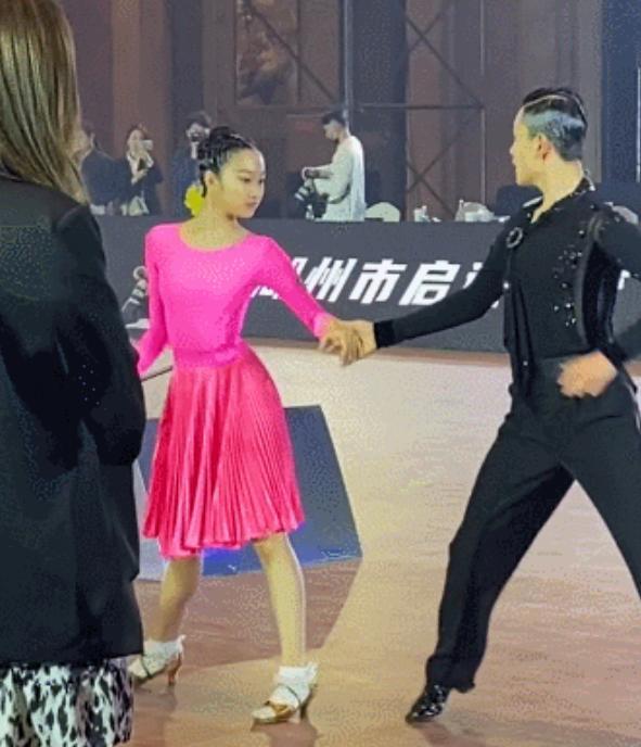 马伊琍大女儿参加拉丁舞比赛,父母二人皆未露面?