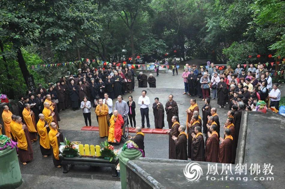 2013年4月22日,新成长老率僧众和居士80多人前往白云山祖师墓园举行祭祀祖师仪式,并主法。(图片来源:广州市海幢寺)