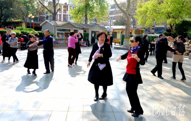 2021年4月7日,市民在河北省石家庄市平安公园广场跳舞娱乐。河北日报记者杜柏桦摄影报道