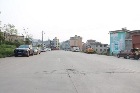 改造前路面破损严重的葡萄村产业园基地路
