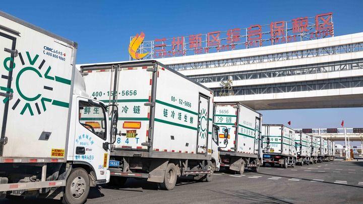 生鲜冷链货车进入兰州新区综合保税区(2020年11月5日摄) 新华社发
