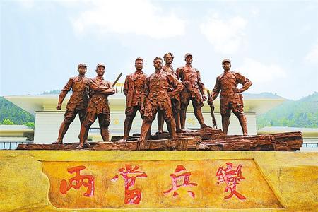 兩當兵變紀念館中心廣場上氣勢恢宏的七人群雕 本版攝影:新甘肅·甘肅日報記者 郁婕