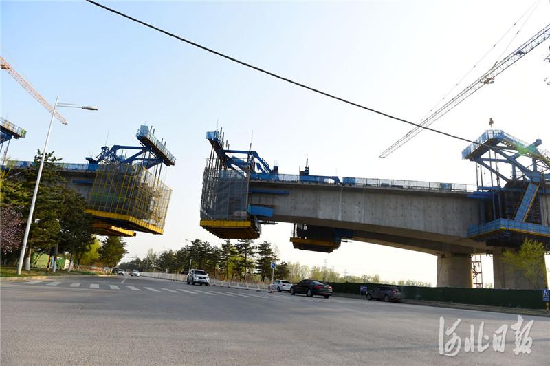 2021年4月7日拍摄的京唐(北京至唐山)城际铁路跨河北省三河市燕郊东环路特大桥建设工地。河北日报记者 赵永辉摄影报道