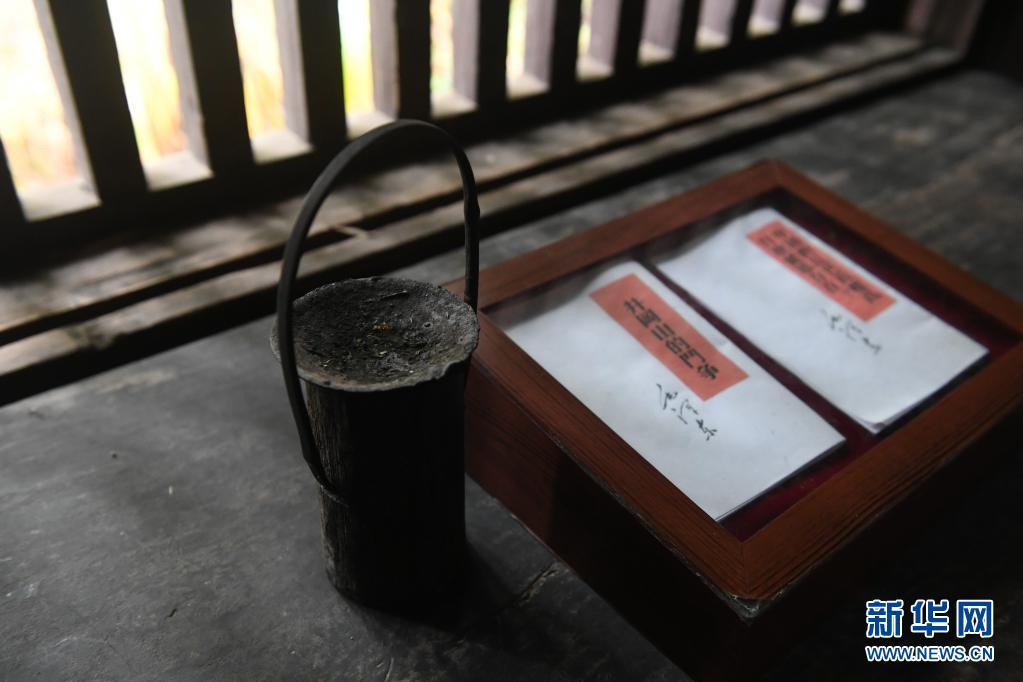 这是井冈山茅坪八角楼毛泽东旧居内陈列的油灯和毛泽东著作(2016年12月21日摄)。新华社记者 周密 摄