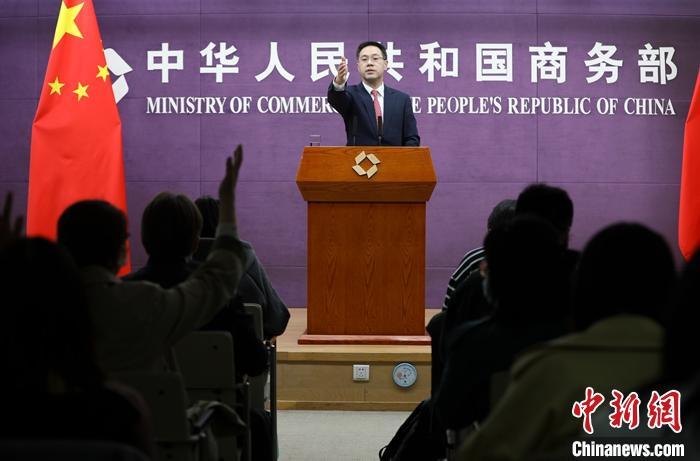 """4月8日,中国商务部在北京举行例行新闻发布会,新闻发言人高峰称,中国外贸""""开局良好"""",今后将继续完善贸易政策,推动扩大进口。据官方数据,今年前两个月中国外贸进出口延续了去年4月以来的高增长势头,同比增长32.2���中,出口同比增长50.1���口增长14.5� <a target='_blank' href='http://www.chinanews.com/'>中新社</a>记者 赵隽 摄"""