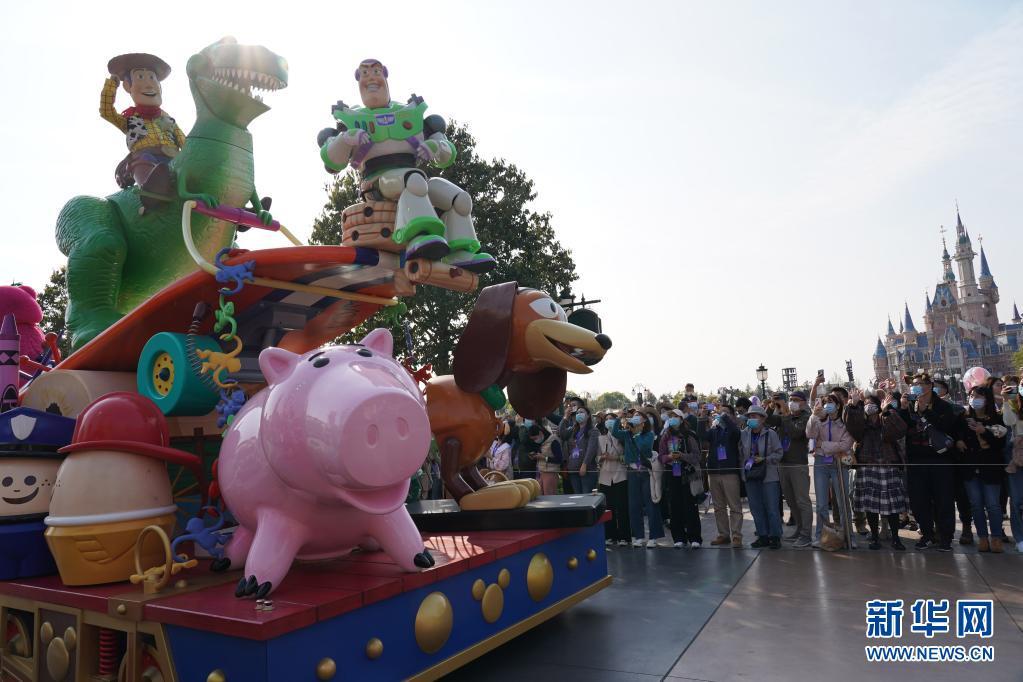 4月8日,游客在上海迪士尼乐园观看全新升级的花车巡游。新华社记者 任 珑 摄