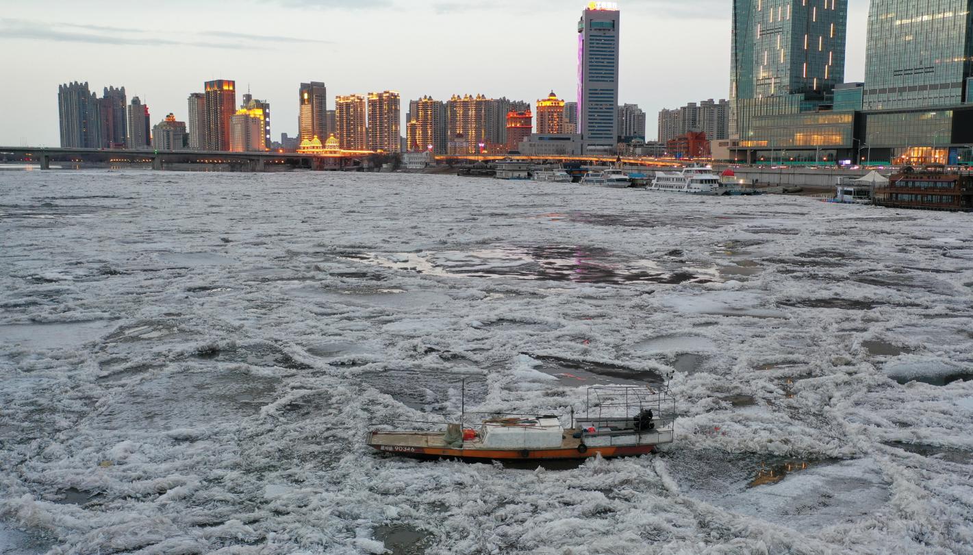 几公里长的冰排将小渔船困在中间