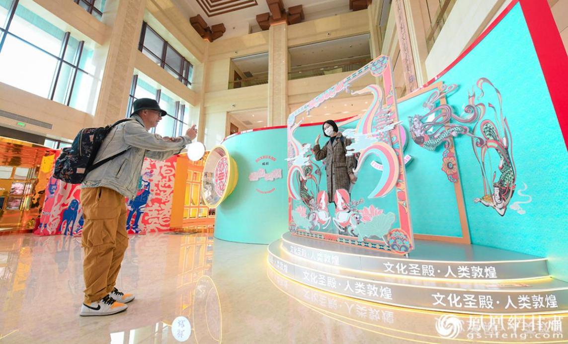 游客近距离感知敦煌文化魅力 杨艺锴 摄