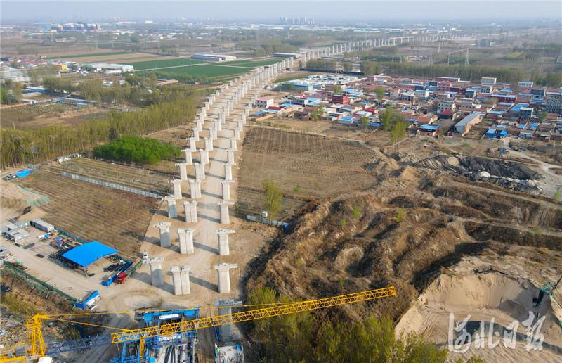 2021年4月7日拍摄的京唐(北京至唐山)城际铁路河北省三河段建设工地。河北日报记者 赵永辉摄影报道