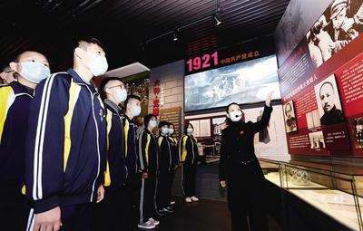 衡水二中学生在全国第一个农村党支部纪念馆重温红色故事,缅怀革命先驱。