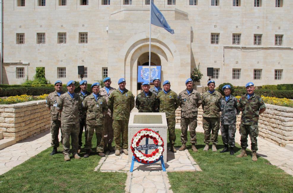 2016年联合国维和人员国际日前夕,联合国停战监督组织司令部全体军人在向烈士献花后合影留念。(资料图)