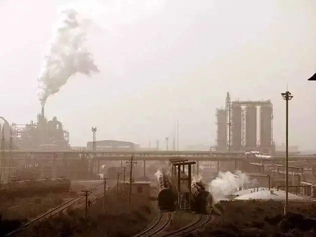 """1949年后的几十年里,沈阳被称为共和国长子,而铁西则是工业心脏,集中了沈阳超过75%的工厂 ,被誉为""""东方鲁尔"""""""