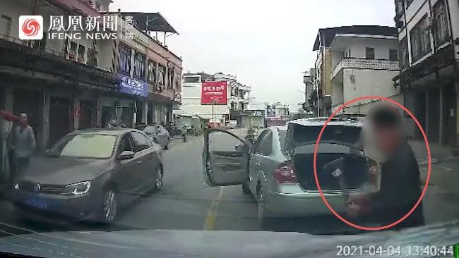广西南宁一司机起步别停他人车辆 拿出锤子狠砸车身后扬长而去