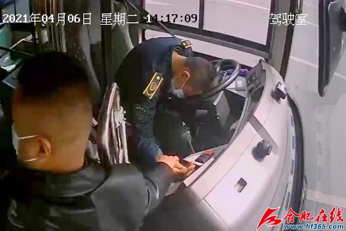 121路公交车上的热心乘客握住李彪的手,不停呼唤,鼓励李彪坚持下去,救护车马上就到。