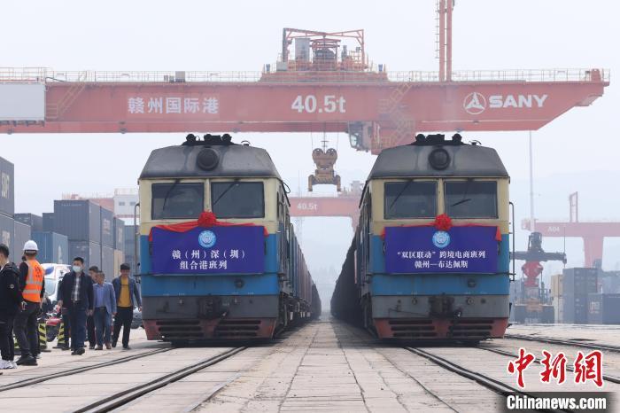 """4月7日,两列""""双区联动""""跨境电商班列从赣州国际陆港驶出,这标志着赣深组合港正式开通运营。 李心柯 摄"""