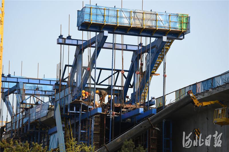 2021年4月7日,中铁二局工人在京唐城际铁路跨河北省三河市燕郊东环路特大桥建设工地施工。目前,京唐(北京至唐山)城际铁路正稳步推进,工程进展顺利。河北日报记者 赵永辉摄影报道