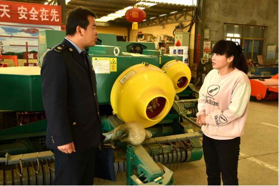 民勤縣稅務干部在成達公司了解春耕農機具購銷情況