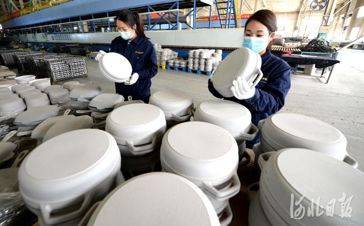 近日,位于河北省隆尧县河北三厦厨具科技有限公司员工加工铸铁珐琅炊具。