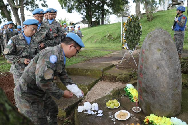 维和官兵向付清礼烈士纪念碑献花。