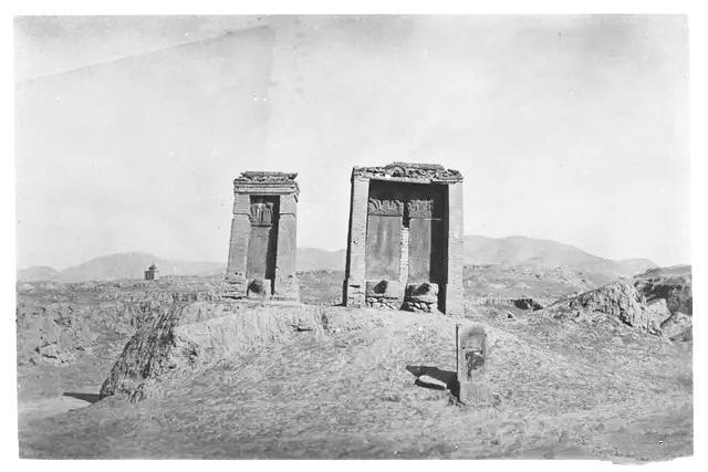 高耸的墓碑