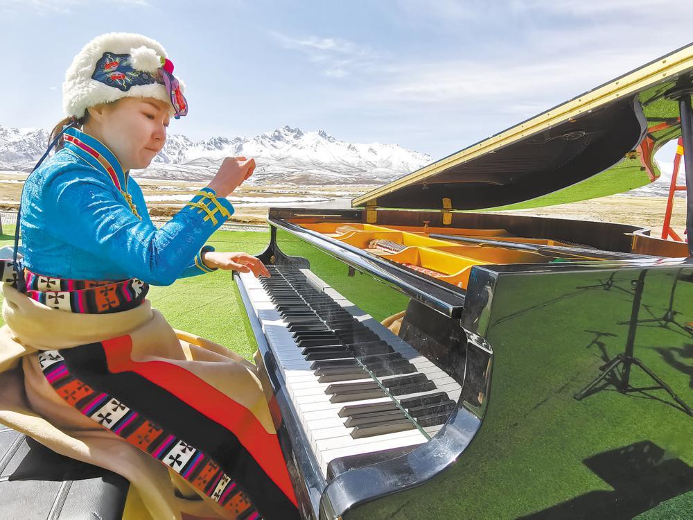 手牵手·心连心《从黄河到长江》主题音乐会在果洛的永保山下奏响。 本报记者 李兴发 摄