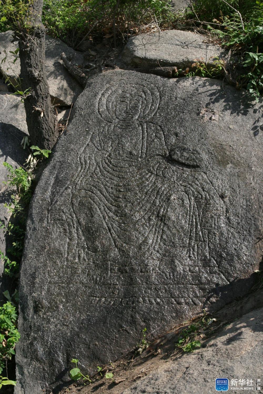 天津千像寺遗址附近的一尊摩崖造像(2004年5月13日摄)。新华社发(天津市文化遗产保护中心供图)
