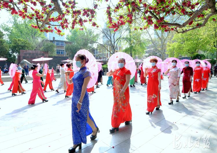 2021年4月7日,在河北省石家庄市平安公园内,平安公园雪绒花模特队在进行集体队形表演。河北日报记者杜柏桦摄影报道