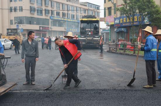 党员志愿者积极参与道路提升改造